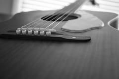 Omhoog dichte gitaar Stock Foto's