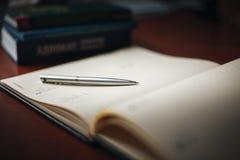 Omhoog dichte pen en notitieboekje Royalty-vrije Stock Afbeeldingen
