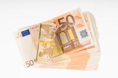 Omhoog gerold met rubber op de vijftig euro bankbiljettenstapel De stapel van de geldbos Royalty-vrije Stock Afbeelding