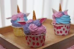Omhoog gesloten cupcakes in houten dienblad stock fotografie