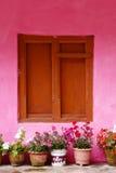 Omhoog gesloten de houten vensters met roze muur, in dorp Nepal Stock Foto