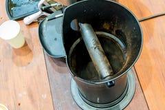 Omhoog gesloten het centrum van de vuile doos van de metaalslag voor koffiemalen royalty-vrije stock afbeelding