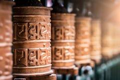 Omhoog gesloten het gebedwiel bij tempel stock afbeelding