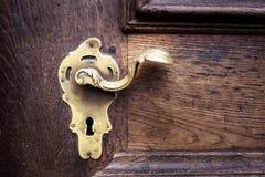 Omhoog gesloten - Oud gouden sleutelgat voor veiligheid op houten deur Stock Foto's