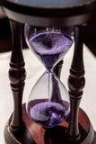 Omhoog gesloten van sandglass of zandloper met violet, purper zand royalty-vrije stock fotografie