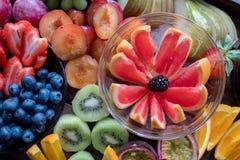 Omhoog gesneden schotel van kleurrijk fruit, stock foto's