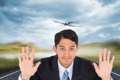 Omhoog glimlachend de Aziatische handen van de zakenmanholding Royalty-vrije Stock Afbeeldingen