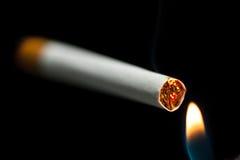 Omhoog het aansteken van een sigaret Stock Afbeeldingen
