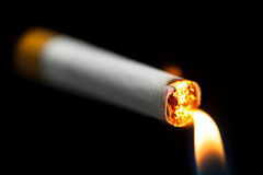 Omhoog het aansteken van een sigaret Stock Foto