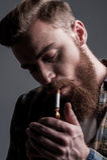 Omhoog het aansteken van sigaret Stock Foto