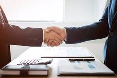 Omhoog het beëindigen van een vergadering, handdruk van twee gelukkige bedrijfsmensen a stock foto