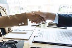 Omhoog het beëindigen van een vergadering, handdruk van twee gelukkige bedrijfsmensen a royalty-vrije stock afbeelding