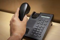 Omhoog het hangen van een vraag van een zwarte telefoon royalty-vrije stock afbeeldingen