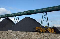 Omhoog het opstapelen van de steenkool stock afbeeldingen