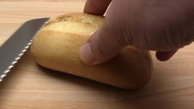Omhoog het snijden van een Broodje stock footage