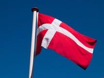 Omhoog hoge vlag van Denemarken Stock Afbeelding