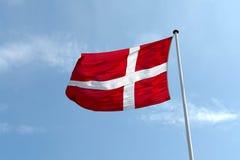Omhoog hoge vlag van Denemarken Royalty-vrije Stock Afbeelding