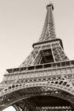 Omhoog kijkend op de Toren van Eiffel, het populairste oriëntatiepunt van Parijs stock fotografie