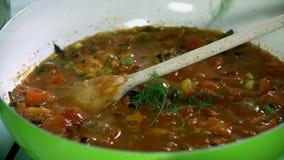 Omhoog kruidend de maaltijd die in de kokende pan wordt voorbereid stock video