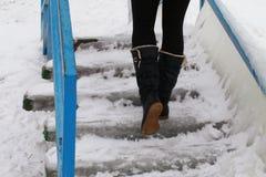Omhoog lopend in laarzen op ingevroren treden stock afbeelding