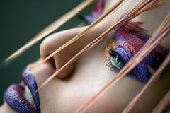 Omhoog maakt de kleurrijke rode en purpere kunst van het mannequinmeisje stock afbeeldingen