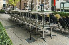 Omhoog opgestapeld dient en stoelen in Royalty-vrije Stock Afbeelding