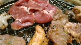 Omhoog sluit de Koreaanse Japanse stijl van de grillbarbecue, yakiniku, stock videobeelden