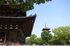 Omhoog sluit de oude tempel van Japan met groene bomen royalty-vrije stock foto's