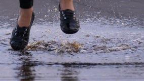Omhoog sluit de vrouwen gekke sprong in vulklei, waterplash in lucht, stock footage