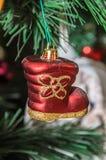 Omhoog sluit het kerstboom hangende ornament, rode laars, stock afbeeldingen