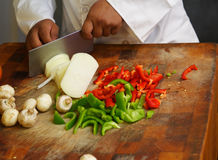 Omhoog sluiten de Scherpe Groenten van de chef-kok Stock Foto