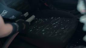 Omhoog zuigend glasstukken binnen van een auto worden verspreid die stock videobeelden
