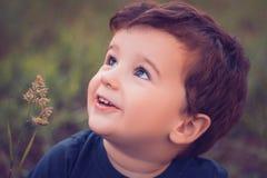 Omhooggaand en jongen die kijken glimlachen Royalty-vrije Stock Afbeelding