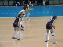 Omichka (Omsk region) - dynamo (Krasnodar) Vänta på bollen med ett motstående lag Arkivbild