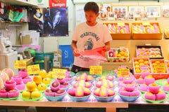 Omicho-Lebensmittel-Markthalle frische Früchte des Mannmarktverkäufers, Kanazawa, Japan Lizenzfreie Stockfotografie
