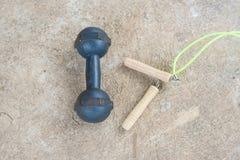 Omijać arkanę i dumbell dla ćwiczenia na cementowej podłoga Zdjęcia Stock