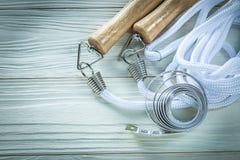 Omijać linową taśmy miarę na drewnianej deski sprawności fizycznej pojęciu Fotografia Stock