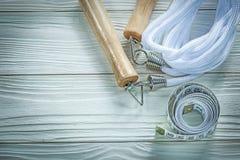 Omijać linowej pomiarowej taśmy na drewnianej deski sprawności fizycznej pojęciu Zdjęcie Royalty Free