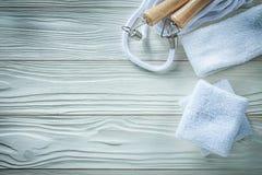 Omijać linowych sweatbands na drewnianej deski sprawności fizycznej pojęciu Obraz Stock