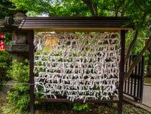 Omikuji - papiers aléatoires de fortune à un temple bouddhiste ou à un tombeau de Shinto Photographie stock