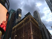 Ominöse Wolken über den Manhattan-Skylinen lizenzfreie stockfotografie