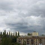 Ominöser Himmel vor einem Sturm. Lizenzfreies Stockbild