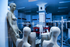 Omini nel negozio di vestiti chiuso Fotografia Stock