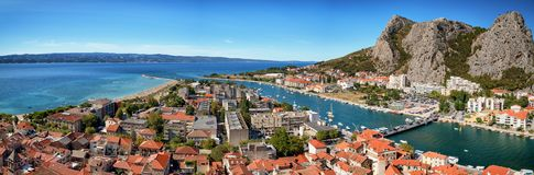 Omis全景在克罗地亚,亚得里亚海的海岸线 图库摄影