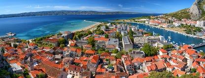 Omis全景,克罗地亚,亚得里亚海的海岸线 免版税库存照片