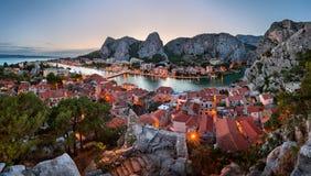 Omis老镇和采廷娜河峡谷,达尔马提亚, C鸟瞰图  免版税库存图片