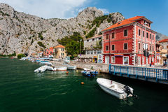Omis,克罗地亚- 2016年7月-从桥梁的看法在Omis镇城市的历史部分的在克罗地亚 免版税库存照片