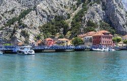 omis de la Croatie de ville Chambres le long du canal photo libre de droits