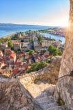 Omis gammal stad, turist- semesterort på den soliga sommardagen, panoramautsikt från den Mirabella Peovica fästningen, Dalmatia,  arkivbild