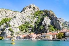 omis och flodlandskap av Cetina i Kroatien från fartyget Fotografering för Bildbyråer